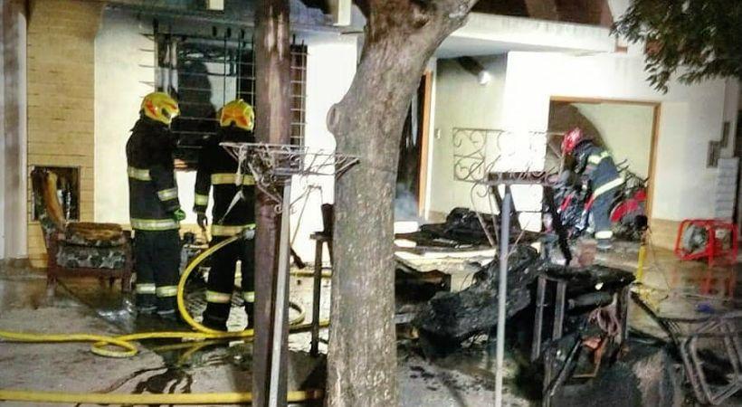 El fuego quemó una vivienda casi en su totalidad